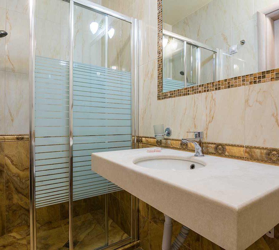 Баня с душкабина в двойна луксозна стая